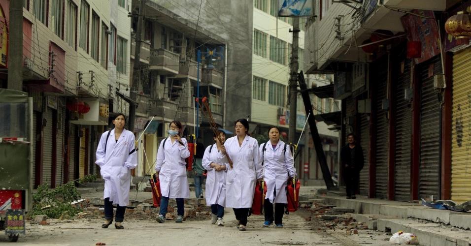 22.abr.2013 - Enfermeiras caminham por uma rua da localidade de Lingguan, na província de Sichuan, na China. Um terremoto de magnitude 6.6 atingiu a província chinesa de Sichuan no último sábado (20). O sismo causou mais de 180 mortes e deixou mais de 11 mil pessoas feridas; 21 pessoas estão desaparecidas. Mais de 2,3 mil réplicas (tremores de menor intensidade) registrados em Lushan, na província de Sichuan, dificultam os trabalhos de resgate de vítimas