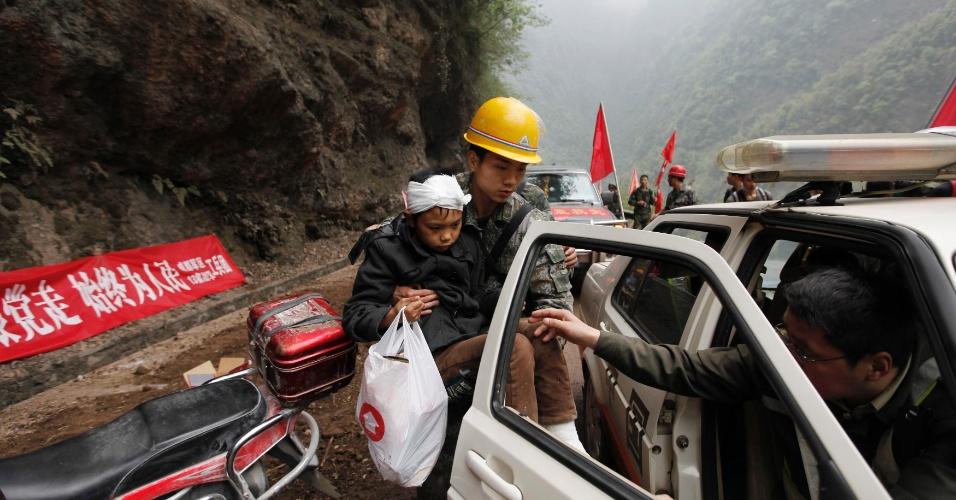 22.abr.2013 - Equipes de resgatem retiram sobrevivente de área afetada pelo terremoto de magnitude 6.6 que atingiu a província chinesa de Sichuan no último sábado (20). O sismo causou mais de 180 mortes e deixou mais de 11 mil pessoas feridas; 21 pessoas estão desaparecidas. Mais de 2,3 mil réplicas (tremores de menor intensidade) registrados em Lushan, na província de Sichuan, dificultam os trabalhos de resgate de vítimas