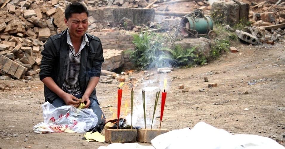 22.abr.2013 - Homem chora enquanto faz homenagem a parente morto durante forte terremoto de magnitude 6.6 que atingiu a província de Sichuan (China) no último sábado (20).O sismo causou pelo menos 186 mortes e deixou mais de 11 mil pessoas feridas; 21 pessoas estão desaparecidas