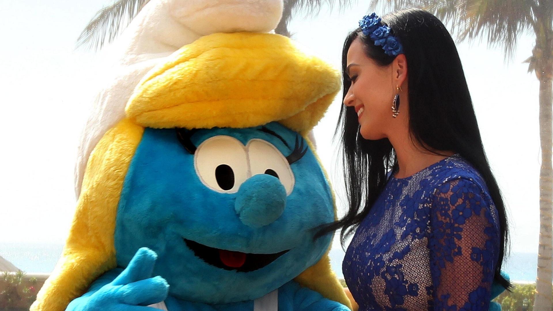 22.Abr.2013 - Katy Perry aparece ao lado da personagem Smurfette, para quem empresta a voz na continuação