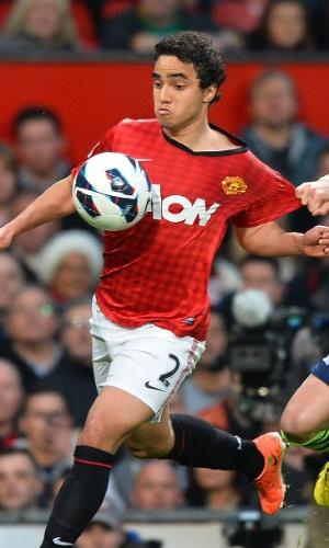 22.abr.2013 - Lateral direito Rafael é puado pelo marcador na partida entre Manchester United e Aston Villa
