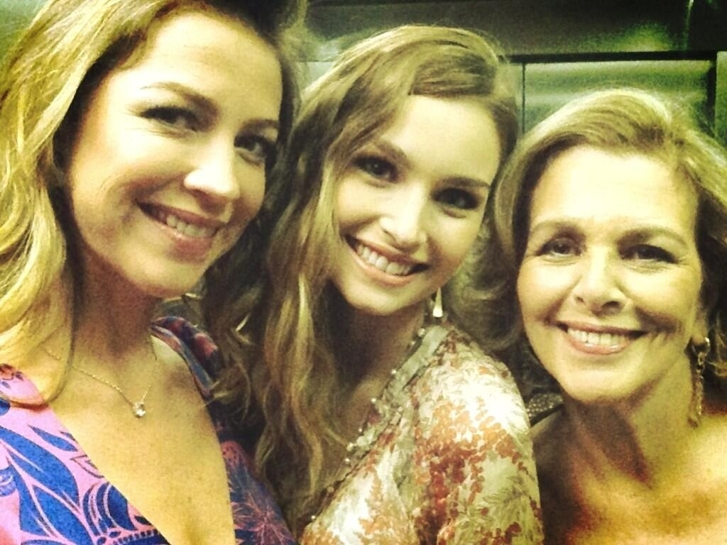 22.abr.2013 - Luana Piovani posa ao lado de Irene Ravache e Raquel Bertani