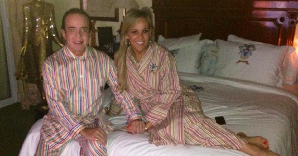 """22.abr.2013 - O """"conde"""" Chiquinho Scarpa postou em seu Facebook uma foto em que aparece ao lado da mulher, Marlene Tuffi, ambos trajando pijamas listrados idênticos; """"Acordando com o meu Amor! Bom dia a todos!"""", postou o playboy"""