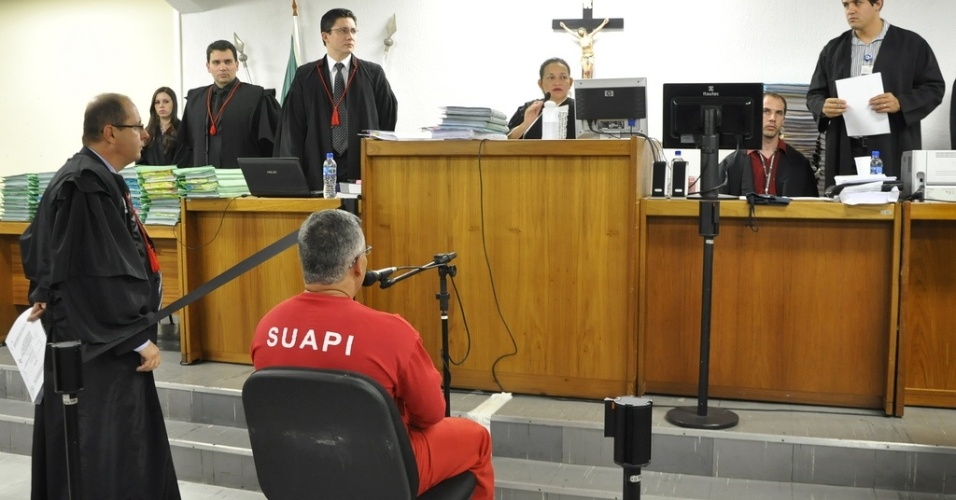 22.abr.2013 - O ex-policial Marcos Aparecido dos Santos, o Bola, acusado de matar, esquartejar e ocultar o corpo da modelo Eliza Samudio, participa de seu julgamento no Fórum de Contagem, região metropolitana de Belo Horizonte (MG), nesta segunda-feira (22). A principal expectativa do júri, que deve durar pelo menos três dias, está no depoimento de Bola, já que ele pode ou não entregar o local onde estão os restos mortais da vítima, ex-amante do goleiro Bruno