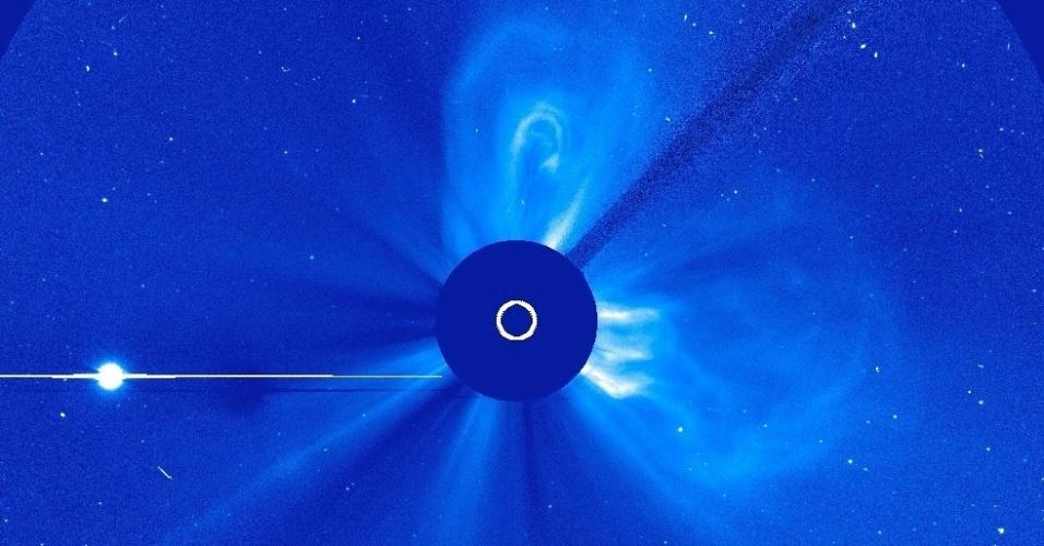22.abr.2013 - O Sol teve a terceira ejeção de massa coronal em apenas dois dias, mostram observações do Observatório Solar Heliosférico (SOHO, na sigla em inglês). O primeiro fenômeno ocorreu no dia 20 de abril, às 8h30 (fuso de Brasília), e atingiu uma velocidade de 804,67 quilômetros por segundo. Segundo a Nasa (Agência Espacial Norte-Americana), ela foi irradiada na direção de Mercúrio, com poucas chances de atingir a Terra. Na imagem acima, é possível ver Vênus (ponto brilhante) - o Sol foi bloqueado por um círculo para que seu forte brilho não ofuscasse a corona (atmosfera solar) durante o registro