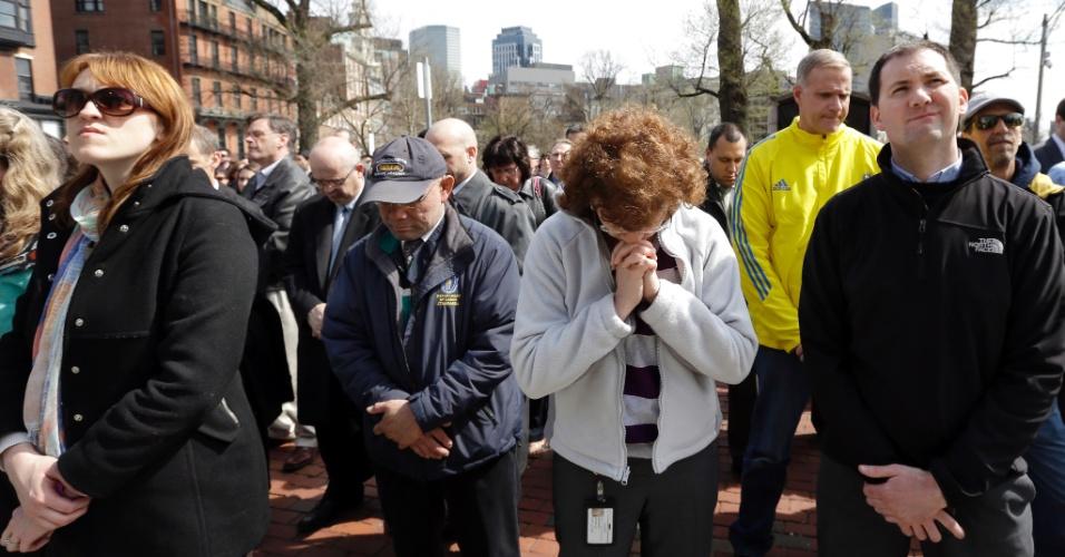 22.abr.2013 - Grupo de pessoas faz um minuto de silêncio em homenagem às vítimas das explosões em Boston. O ato aconteceu às 14h50 no horário local (15h50 no horário de Brasília), exatamente uma semana após a detonação da primeira bomba na linha de chegada da Maratona da cidade. Centenas de pessoas participaram do tributo