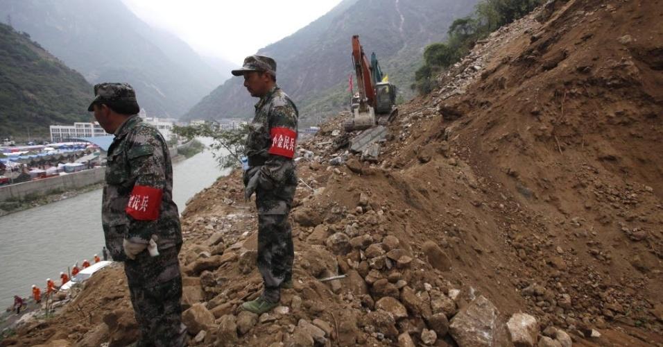 22.abr.2013 - Soldados chineses usam trator para limpar estrada, após o terremoto de magnitude 6.6 que atingiu a província chinesa de Sichuan no último sábado (20). O sismo causou mais de 180 mortes e deixou mais de 11 mil pessoas feridas; 21 pessoas estão desaparecidas. Mais de 2,3 mil réplicas (tremores de menor intensidade) registrados em Lushan, na província de Sichuan, dificultam os trabalhos de resgate de vítimas