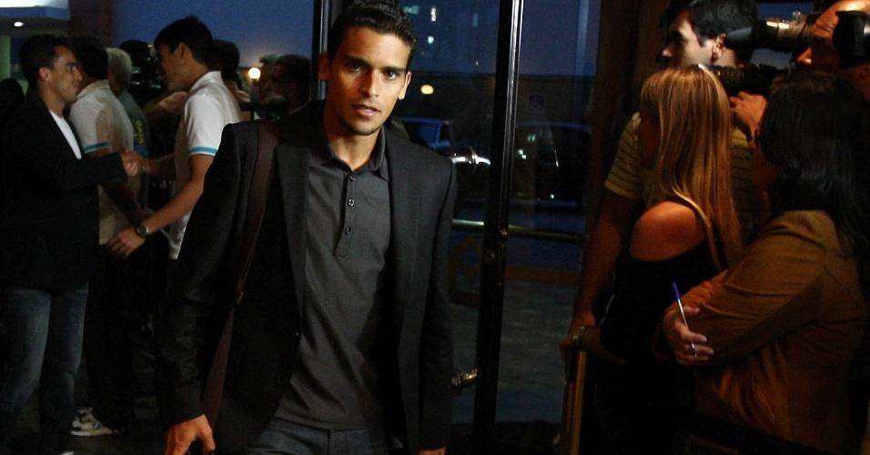 22.abr.2013 - Volante Jean, do Fluminense, desembarca em Belo Horizonte para se juntar à seleção brasileira
