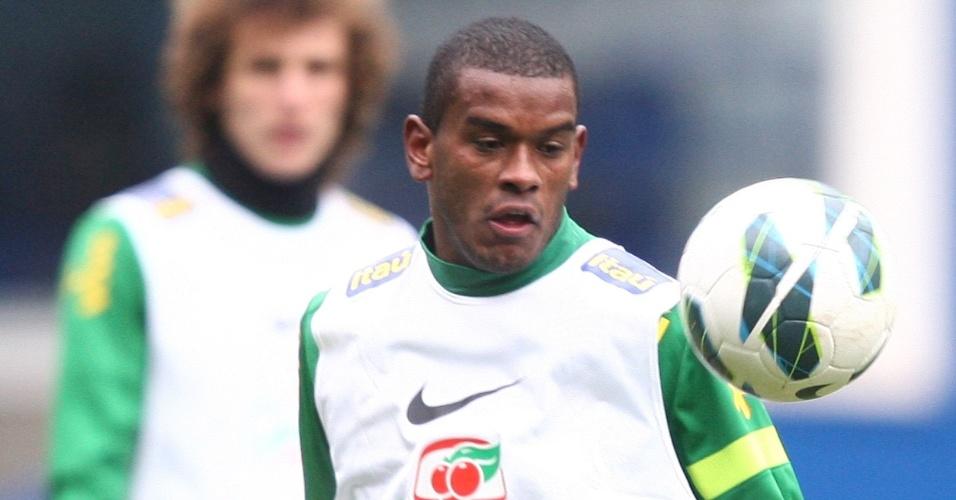 24.mar.2013 - Volante Fernando treina com bola durante trabalho da seleção brasileira