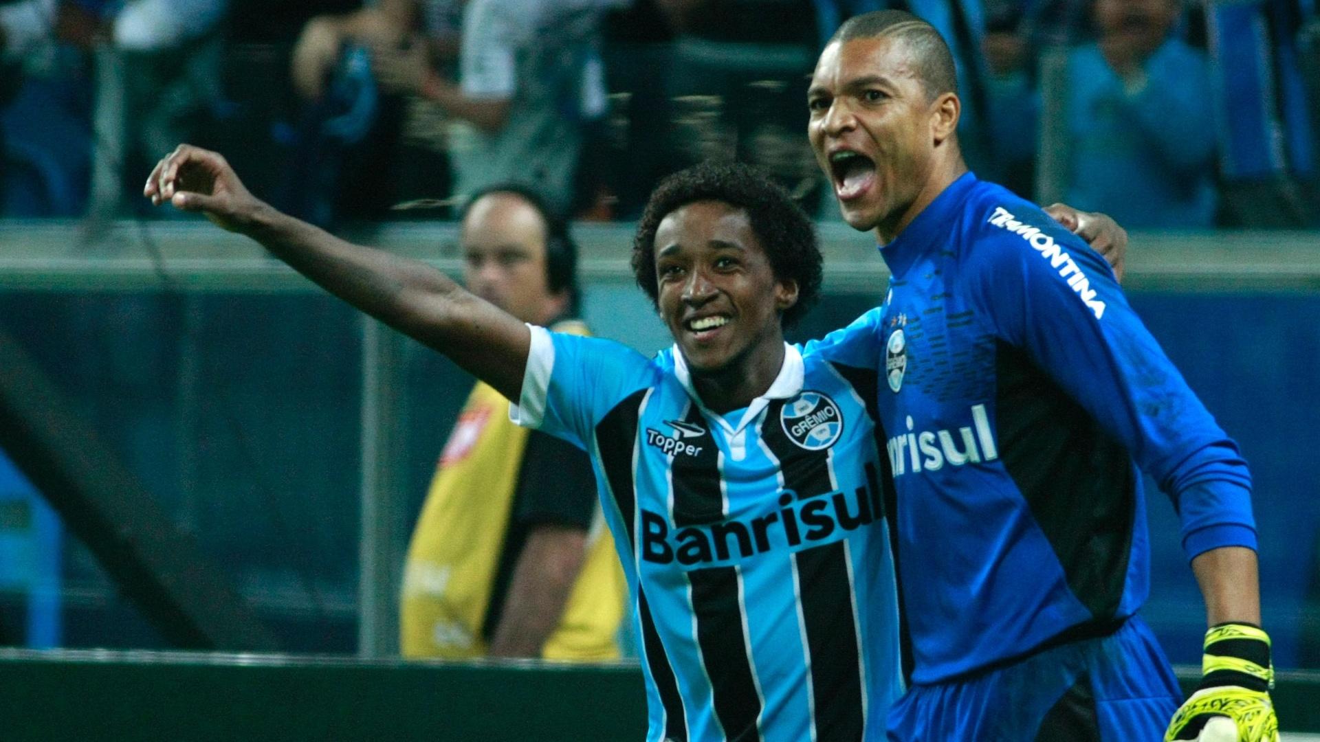 Guilherme Biteco e Dida celebram vitória do Grêmio, nos pênaltis, contra o São Luiz (22/04/13)