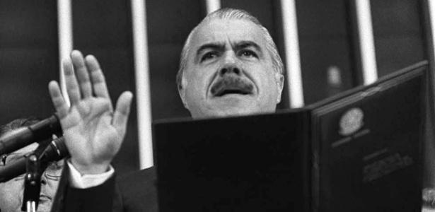 15.mar.1985 - José Sarney lê o juramento constitucional ao tomar posse como presidente após morte de Tancredo Neves - Tadashi Nakagomi/Folhapress