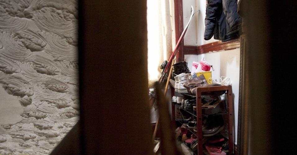 19.abr.2013 - Objetos são vistos pela fresta da porta de um apartamento em Cambridge, no Estado americano de Massachusetts, apontado como sendo dos irmãos acusados de executar o atentado em Boston. A imagem foi registrada um dia depois de os irmãos Dzhokhar Tsarnaev, 19, e Tamerlan Tsarnaev, 26, supostamente terem matado um policial no campus do MIT (Massachusetts Institute of Technology), momentos antes da perseguição policial que terminou com a morte de Tamerlan e a prisão de Dzhokhar