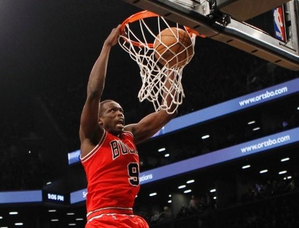 22.abr.2013 - Luol Deng enterra e marca dois de seus 15 pontos na vitória dos Bulls sobre os Nets; ele foi o cestinha da equipe