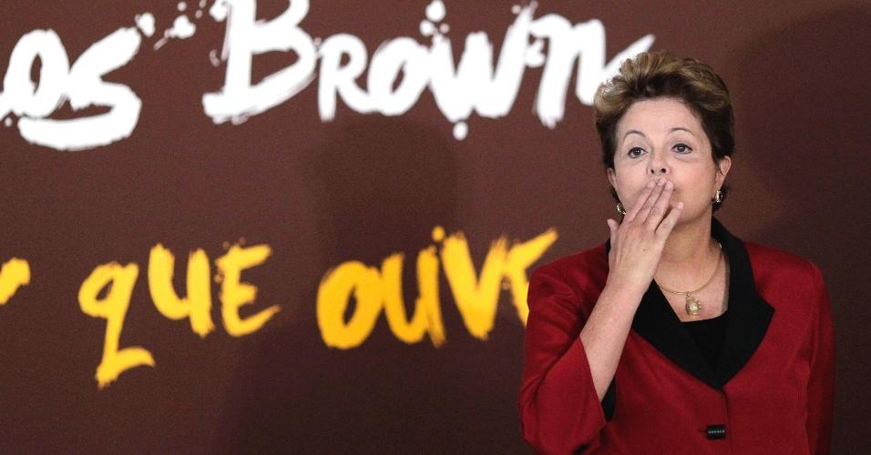 """23.abr.2013 - A presidente Dilma Rousseff (PT) participa da abertura da exposição """"O Olhar que Houve"""", do artista Carlinhos Brown, no Palácio do Planalto"""