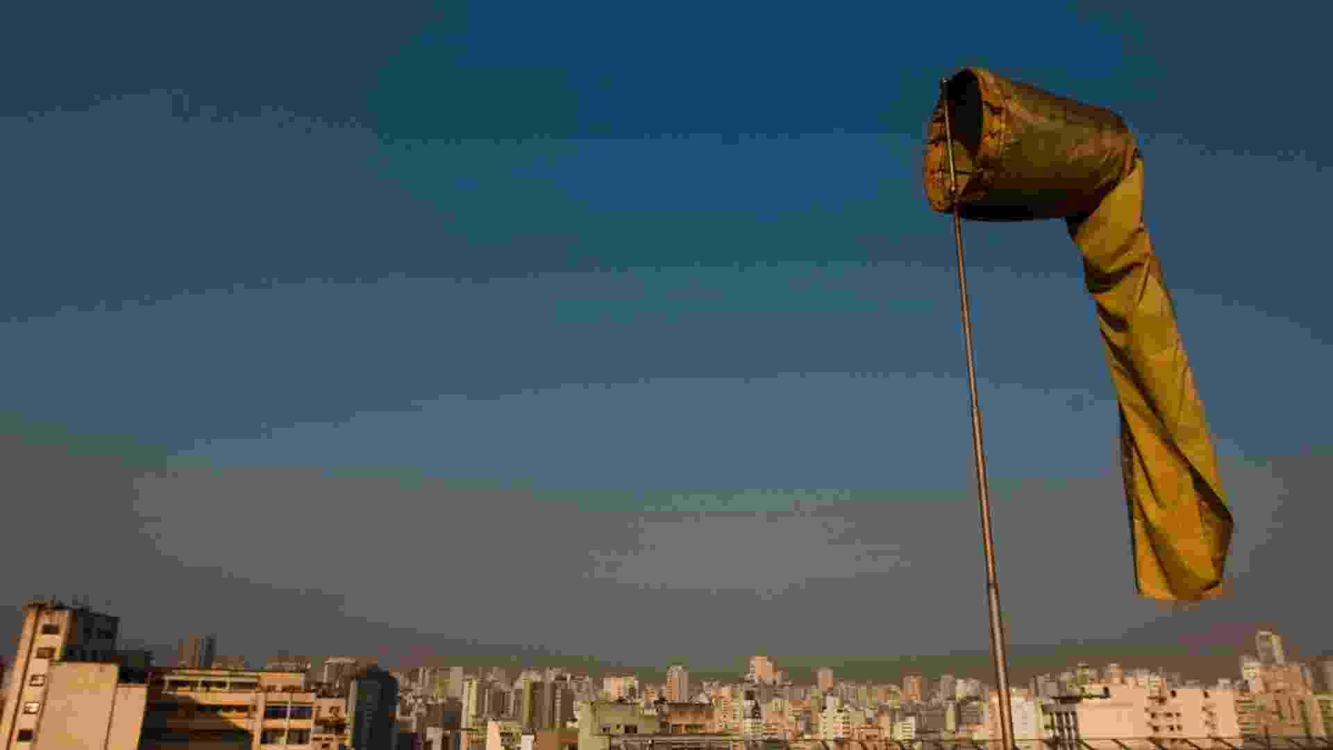 23.abr.2013 - A região metropolitana de São Paulo atingiu em 2012 o maior índice de poluição por ozônio da última década, segundo relatório anual de qualidade do ar da Cetesb (Companhia Ambiental do Estado de São Paulo). O poluente passou o padrão de qualidade do ar diário (150 partículas inaláveis) durante 98 dias do ano passado, com piores índices em fevereiro e outubro (18 dias cada). De acordo com a Cetesb, a Grande São Paulo tem potencial de formação de ozônio, diz o relatório, por conta da grande emissão de origem veicular - Apu Gomes/18.set.2012/Folhapress