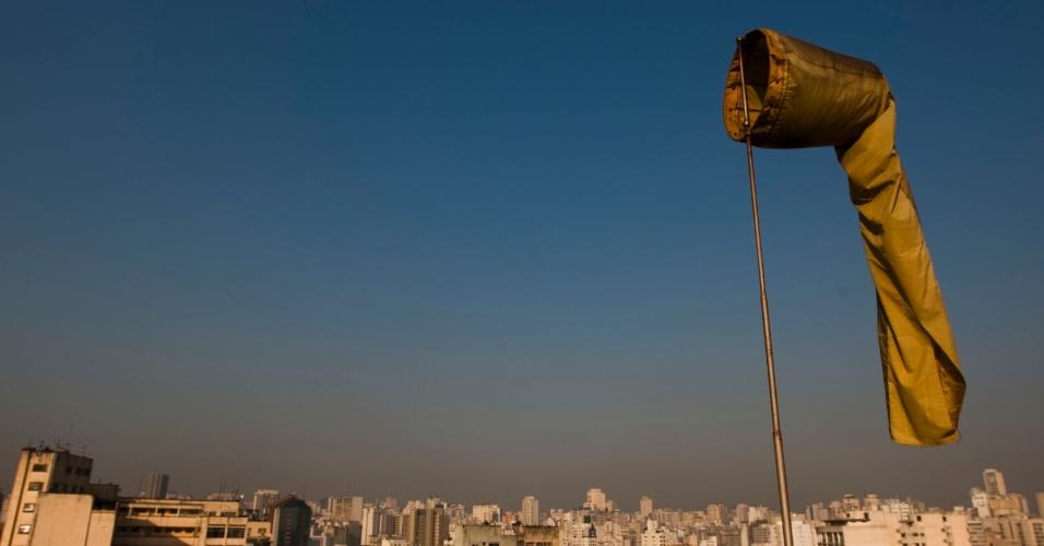 23.abr.2013 - A região metropolitana de São Paulo atingiu em 2012 o maior índice de poluição por ozônio da última década, segundo relatório anual de qualidade do ar da Cetesb (Companhia Ambiental do Estado de São Paulo). O poluente passou o padrão de qualidade do ar diário (150 partículas inaláveis) durante 98 dias do ano passado, com piores índices em fevereiro e outubro (18 dias cada). De acordo com a Cetesb, a Grande São Paulo tem potencial de formação de ozônio, diz o relatório, por conta da grande emissão de origem veicular