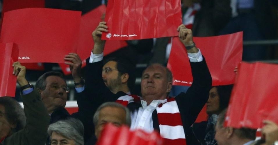 23.abr.2013 - Acusado de evasão fiscal, presidente do Bayern de Munique, Uli Hoeness, ajuda torcida a fazer mosaico