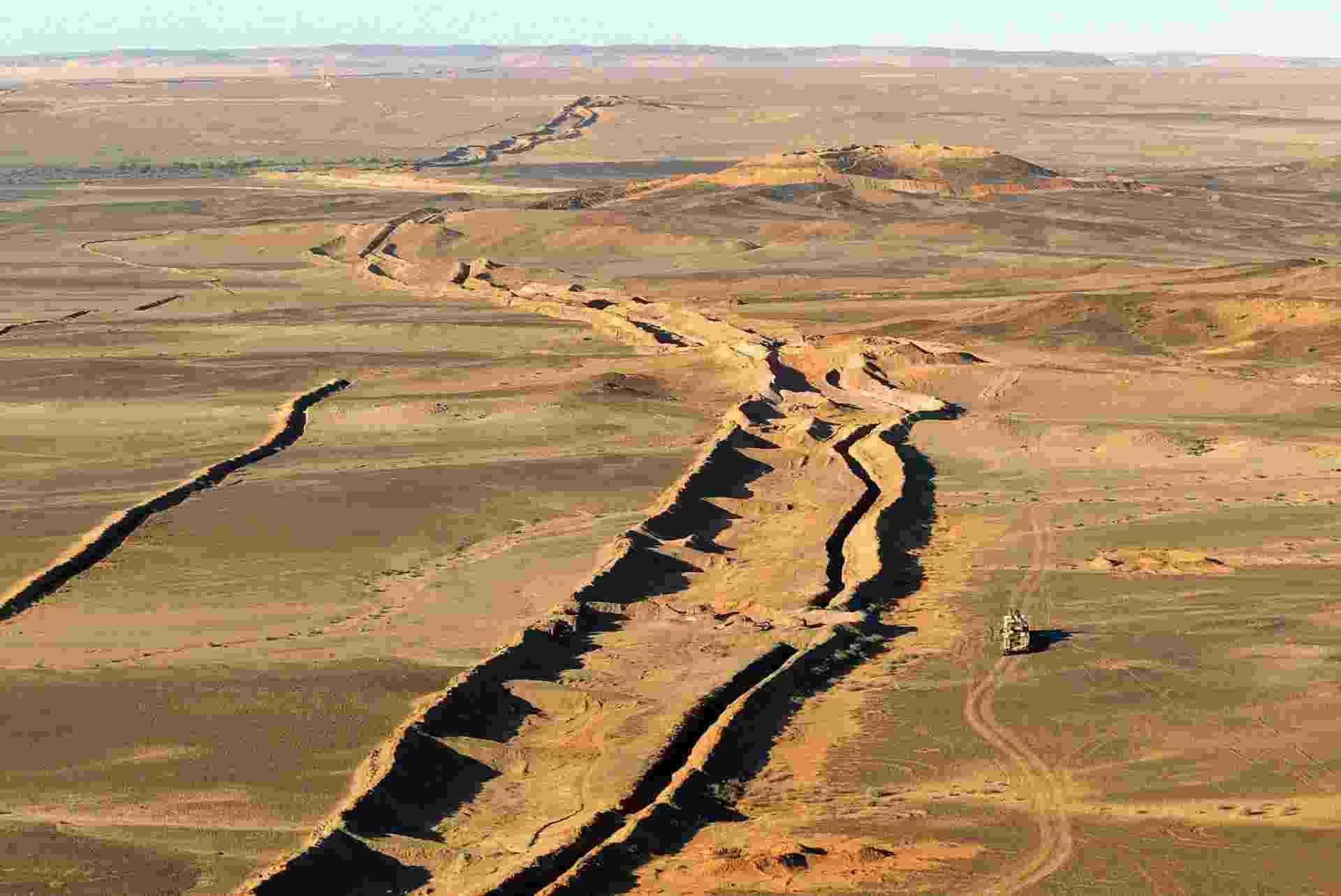 """23.abr.2013 - As secas cíclicas e o alto consumo de carvão de lenha, que dizima as florestas do país, são os principais responsáveis pelo processo """"irrefreável"""" de desertificação da Mauritânia, que fica ao sudoeste do deserto do Saara, na África. De acordo com relatório do Ministério do Meio Ambiente do país, o território perdeu, entre 2005 e 2010, 5.000 hectares de floresta nativa e 10 mil hectares de zonas reflorestadas anualmente - Patrick Hertzog/AFP"""