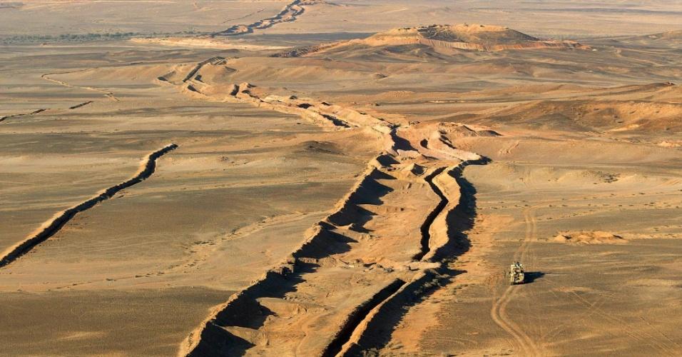 """23.abr.2013 - As secas cíclicas e o alto consumo de carvão de lenha, que dizima as florestas do país, são os principais responsáveis pelo processo """"irrefreável"""" de desertificação da Mauritânia, que fica ao sudoeste do deserto do Saara, na África. De acordo com relatório do Ministério do Meio Ambiente do país, o território perdeu, entre 2005 e 2010, 5.000 hectares de floresta nativa e 10 mil hectares de zonas reflorestadas anualmente"""