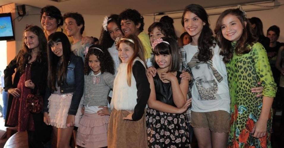 """23.abr.2013 - Elenco mirin da nova versão de """"Chiquititas"""" posa para fotos"""