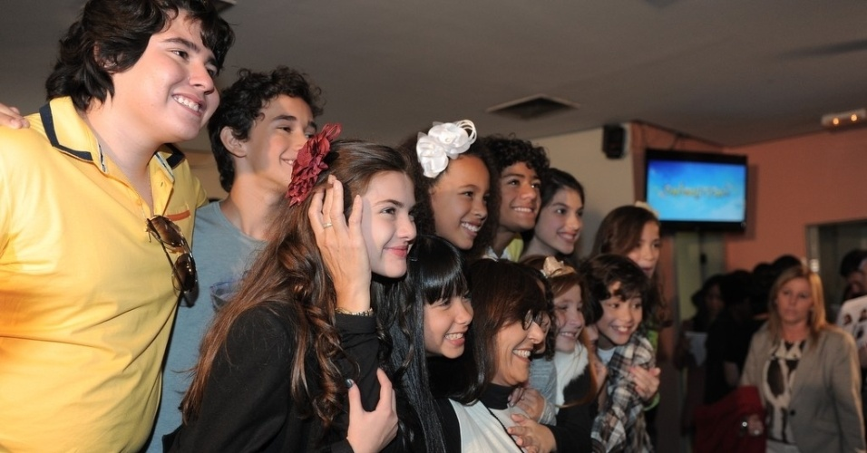 """23.abr.2013 - Elenco mirim da nova versão de """"Chiquititas"""" posa para fotos"""