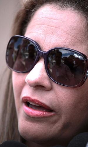 23.abr.2013 - Maria Lúcia Borges Gomes, advogada de Sônia de Fátima Moura, mãe de Eliza Samudio, chega para o segundo dia de julgamento do ex-policial Marcos Aparecido dos Santos, o Bola, no Fórum de Contagem, na região metropolitana de Belo Horizonte (MG), nesta terça-feira (23). Ele é acusado de matar, esquartejar e ocultar o corpo da modelo Eliza Samudio, ex- amante do goleiro Bruno