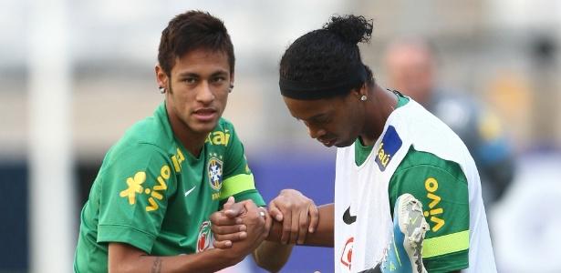 Neymar e Ronaldinho Gaúcho jogaram juntos na seleção brasileira