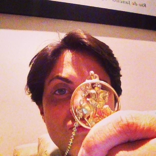 23.abr.2013 - No dia de São Jorge, Thammy Miranda posa com medalha