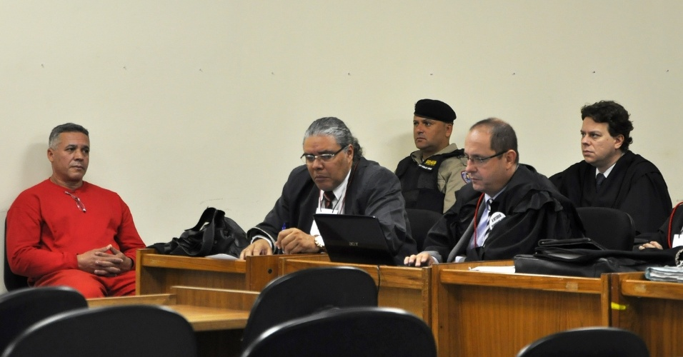 23.abr.2013 - O ex-policial Marcos Aparecido dos Santos, o Bola (à esq.), acusado de matar, esquartejar e ocultar o corpo da modelo Eliza Samudio, participa de seu julgamento no Fórum de Contagem, região metropolitana de Belo Horizonte (MG), nesta terça-feira (23)