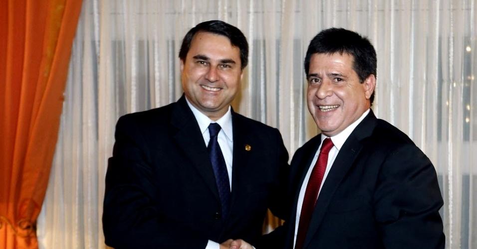 23.abr.2013 - O presidente do Paraguai, Federico Franco (à esquerda), parabeniza o recém-eleito presidente Horacio Cartes durante encontro na residência presidencial em Assunção