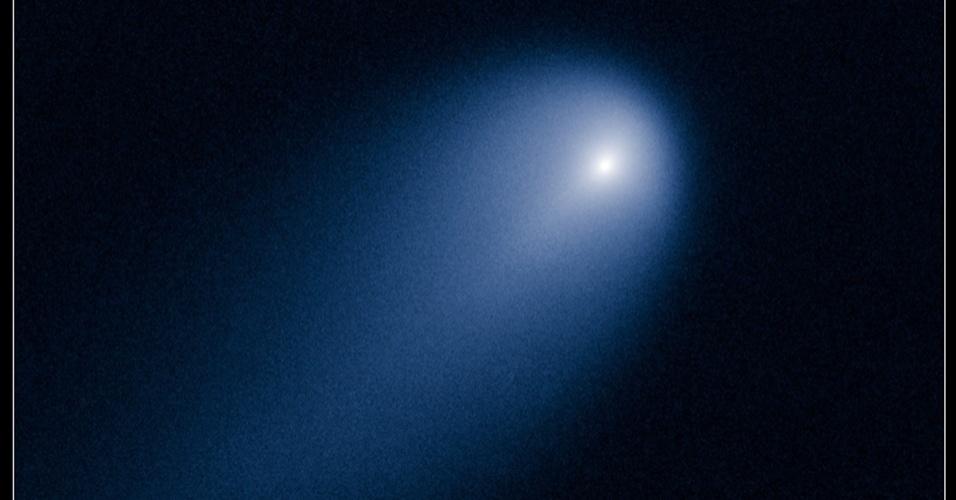 23.abr.2013 - O telescópio Hubble detectou o cometa Ison se aproximando da órbita do planeta Júpiter no último dia 10, ficando a cerca de 621,2 milhões de quilômetros de distância da Terra. Segundo medições prévias, o núcleo do cometa não passa dos  6,5 quilômetros de diâmetro, mas sua cabeça chega a quase 5.000 quilômetros de diâmetro. Já o rabo se estende por 91,7 mil quilômetros de comprimento, além do campo de visão do telescópio. O cometa está fazendo sua primeira viagem para o interior do Sistema Solar (à esquerda) e pode ficar visível no céu do nosso planeta em novembro de 2013, segundo a Nasa (Agência Espacial Norte-Americana). A imagem acima foi feita em luz visível - a falsa cor azul serve, apenas, para evidenciar detalhes da estrutura do Ison