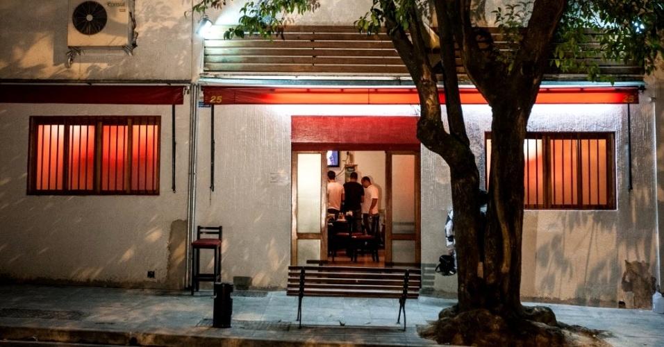 23.abr.2013 - Restaurante foi alvo de arrastão na noite desta segunda-feira (22) na zona oeste de São Paulo. O assalto ocorreu na rua Amaro Cavalheiro, em Pinheiros. Testemunhas disseram à polícia que, em menos de cinco minutos, três homens armados invadiram o restaurante e roubaram dinheiro do caixa, além de pertences dos clientes