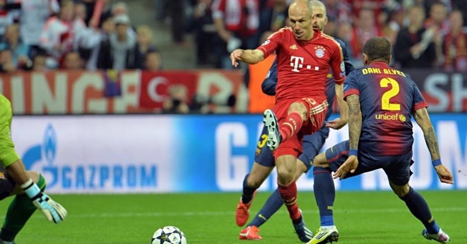 23.abr.2013 - Robben perde grande chance de abrir o placar para o Bayern no primeiro minuto; Valdés salvou o Barcelona