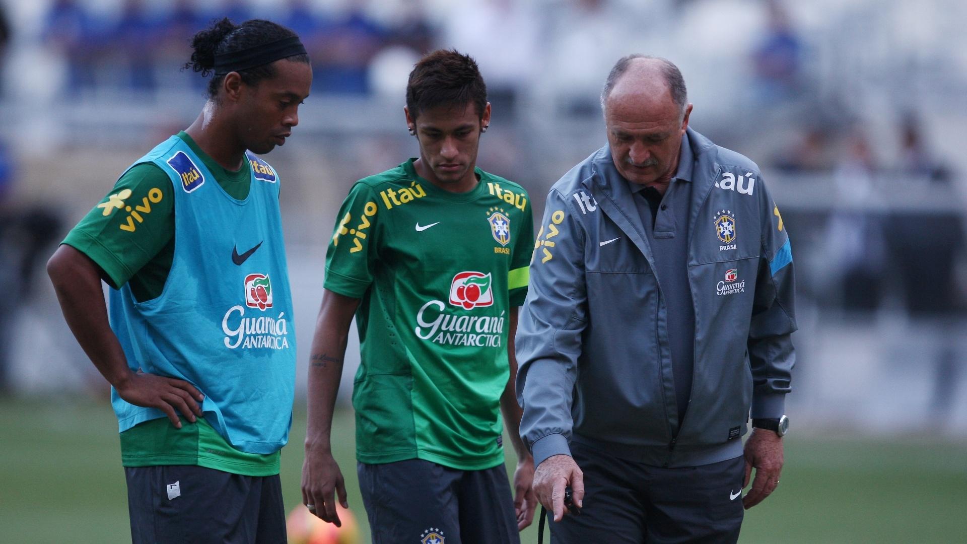 23.abr.2013 - Técnico Luiz Felipe Scolari passa instruções para Neymar e Ronaldinho Gaúcho durante o treino
