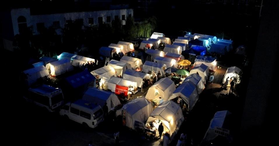 23.abr.2013 - Tendas montadas do lado de fora de hospital para atender vítimas de terremoto são iluminadas à noite nesta segunda-feira (22). O sismo de magnitude 6,6 atingiu a província de Sichuan (China) no último sábado (20) e provocou a morte de pelo menos 188 pessoas