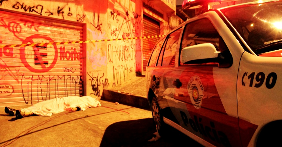 23.abr.2013 - Um homem foi morto a tiros na rua Rui de Morais Apocalipse, na região da Brasilândia, zona norte de São Paulo. De acordo com a polícia, dois homens armados em uma moto atiraram contra a vítima, que morreu no local. Ninguém foi preso