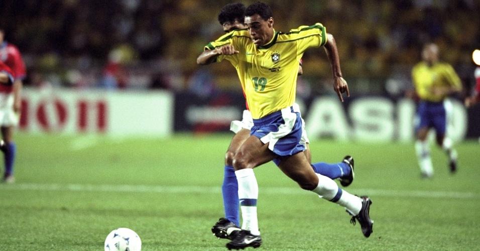 27.jun.1998 - Atacante Denílson em ação durante a vitória por 4 a 1 do Brasil sobre o Chile, pelas oitavas da Copa do Mundo 1998