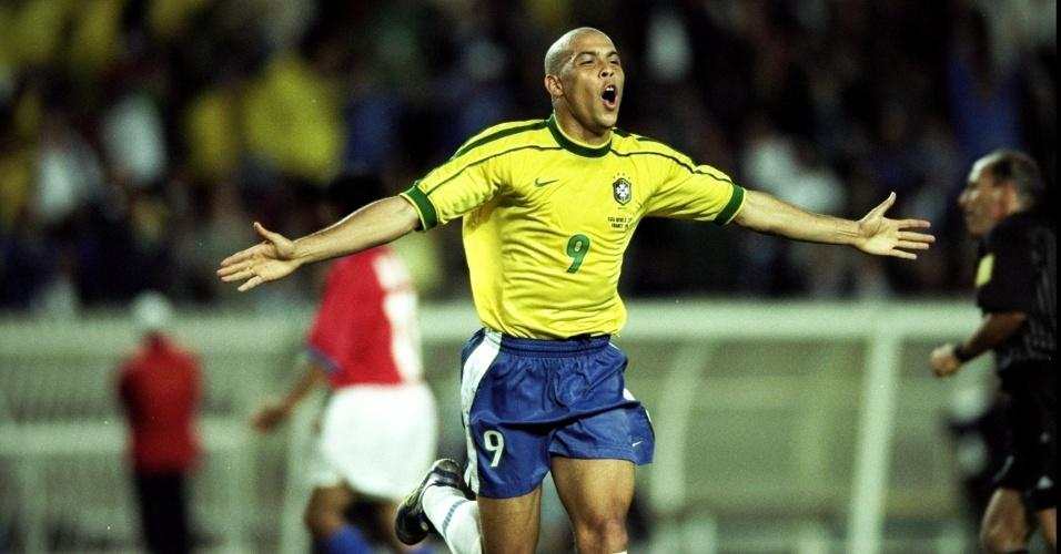 27.jun.1998 - Atacante Ronaldo comemora gol durante a vitória por 4 a 1 do Brasil sobre o Chile, pelas oitavas da Copa do Mundo 1998