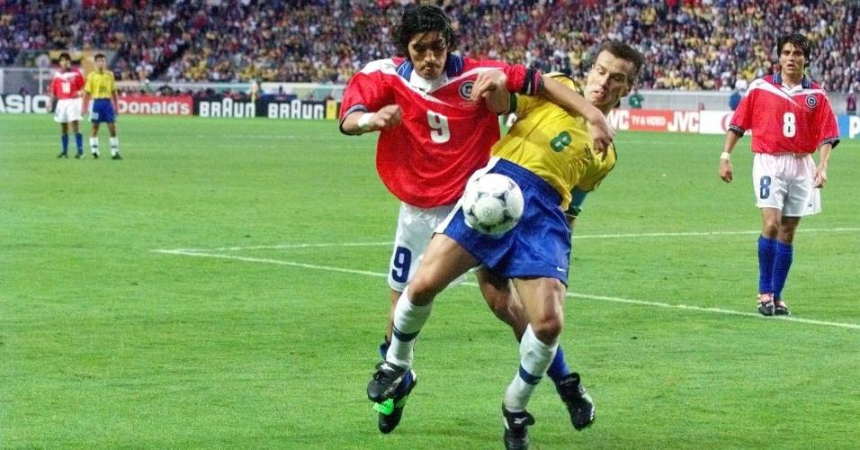 27.jun.1998 - Volante Dunga marca o atacante Zamorano durante a vitória por 4 a 1 do Brasil sobre o Chile, pelas oitavas da Copa do Mundo 1998
