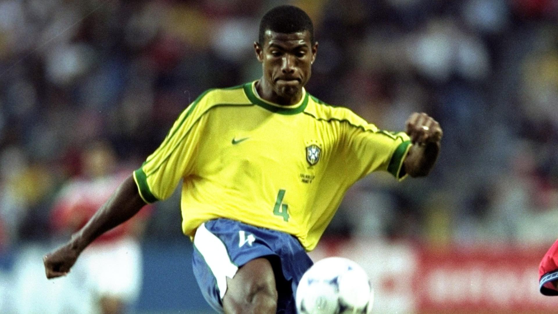 27.jun.1998 - Zagueiro Júnior Baiano em ação durante a durante a vitória por 4 a 1 do Brasil sobre o Chile, pelas oitavas da Copa do Mundo 1998