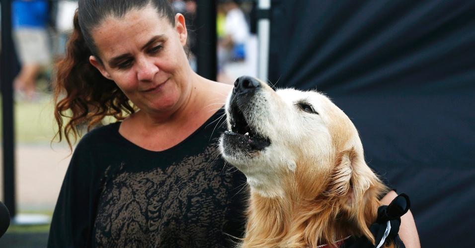 A australiana Belinda Freebairn observa, em Sydney, o seu cachorro Charlie, da raça golden retriever, que recebeu do Livro dos Recordes o título do cão com o latido mais alto do mundo. O latido de Charlie tem o registro de 113.1 decibéis