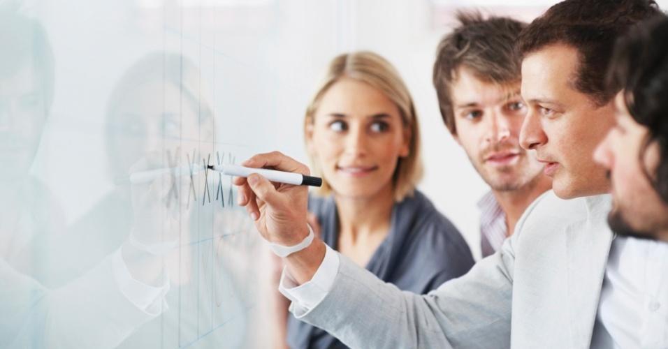 Aprendizado; executivo aprendendo; curso de capacitação; treinamento na empresa; atualização profissional; organização; divisão de tarefas