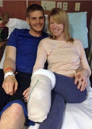 Adrianne Haslet sorri ao lado do marido no hospital - Arquivo pessoal