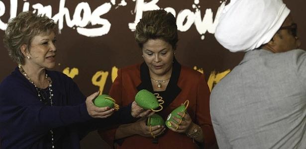 Dilma Rousseff examina a caxirola de Carlinhos Brown junto com Marta Suplicy (à esquerda)