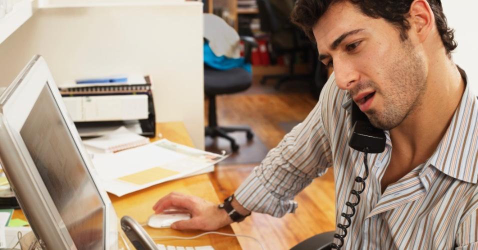 Estresse no trabalho; multitarefa; trabalho; fazer várias coisas ao mesmo tempo; computador; celular; homem no escritório