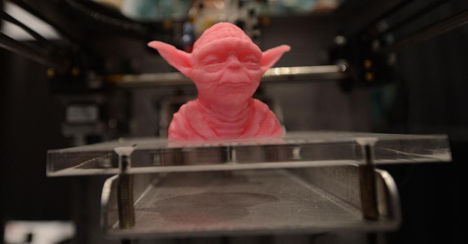 """Mestre Yoda, da série """"Star Wars"""", ganhou uma versão roda produzida com impressora 3D. A peça foi exibida no evento 'Inside 3D Printing' (por dentro da impressão 3D, em tradução livre), realizado em Nova York, nos dias 22 e 23 de abril de 2013"""
