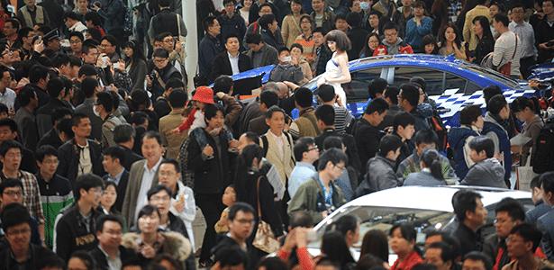 Visitantes no Salão de Xangai: carros de luxo, multis e marcas locais como Hauwtai, Icona, Oley, Zinoro... - AFP
