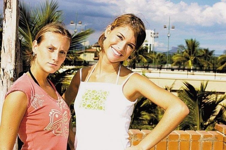 """2003 - Rafaela (Paula Picarelli) e Clara (Aline Moraes), em """"Mulheres Apaixonadas"""", se apaixonaram no colégio e tiveram que enfrentar o preconceito dos colegas e, principalmente, da família de Clara"""