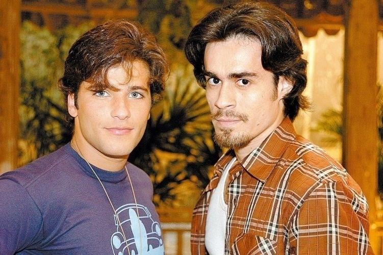 """2005 - Na novela """"América"""", Junior (Bruno Gagliasso) morava no interior com a mãe e não entendia por que não sentia atração por mulheres. Até que ele conheceu o caubói Zeca (Erom Cordeiro), por quem se apaixonou"""