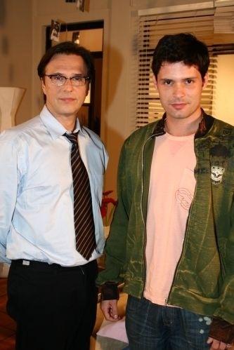 """2006 - Em """"Páginas da Vida"""", Rubinho (Fernando Eiras) era um médico casado com o músico Marcelo (Thiago Pichi). Todos os amigos sabiam do relacionamento. No final da novela, eles viram pais, adotando o filho da empregada"""